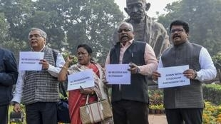 Diputados de izquierda protestan contra el proyecto de ley del gobierno, en Nueva Delhi, el 10 de diciembre de 2019.