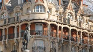 Brasileiros investem cada vez mais na compra de imóveis de luxo, como este prédio em estilo Art Nouveau, no coração de Paris.