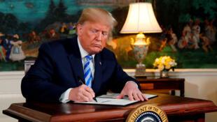 دونالد ترامپ، رئیس جمهوری آمریکا، پس از اعلام خروج این کشور از برجام، مجازاتهای برقرار شده در این زمینه را تجدید میکند - ٨ مه ٢٠١٨