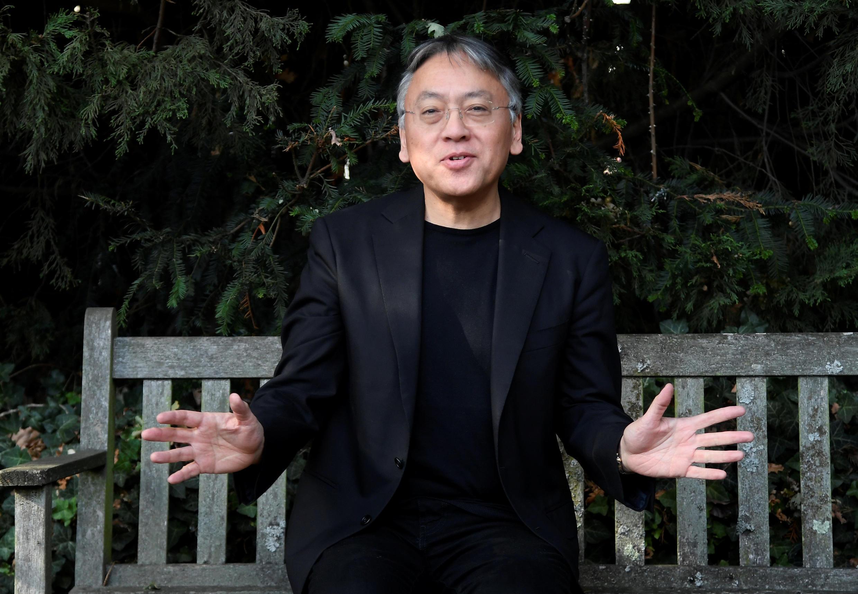 Kazuo Ishiguro   نویسنده ژاپنیتبار انگلیسی، پس از اعلام شدن نامش به عنوان برنده جایزه نوبل ادبیات ٢٠۱٧ ، مقابل منزل مسکونی خود در لندن، به سؤالات خبرنگاران پاسخ گفت. پنجشنبه  ۱۳ مهر/ ۵ اکتبر ٢٠۱٧
