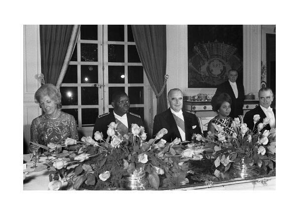 De g. à d. : Claude Pompidou, le président togolais Étienne Gnassingbé Eyadema, le président français Georges Pompidou, Hubertine Gnassingbe l'épouse du président, et le Premier ministre Jacques Chaban-Delmas lors d'un dîner au Trianon, le 6 décembre 1971.