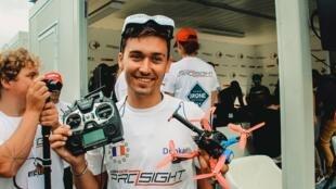 Люк Боссьон, победитель гонки дронов на фестивале в Париже