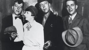 Jacques Prévert, sa première épouse Simone, André Breton et Pierre Prévert, vers 1925, à l'époque de la rue du Château.