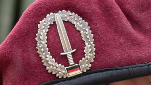 El emblema de las fuerzas especiales KSK en la gorra de un soldado alemán, fotografiado durante unas maniobras militares en Calw el 14 de julio de 2014
