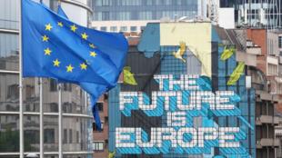 Les drapeaux de l'Union européenne flottent devant le siège de la Commission européenne, avant un sommet des dirigeants de l'UE au siège du Conseil européen, à Bruxelles, Belgique 16 juillet 2020