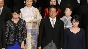 Thủ tướng Shinzo Abe và 5 nữ Bộ trưởng trong nội các mới, Tokyo, 03/09/2014