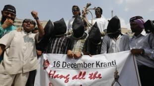 Protesto em frente ao tribunal de Nova Déli, onde a sentença dos quatro homens condenados por estupro e assassinato será anunciada nesta quarta-feira.