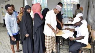 Des électeurs attendent pour voter, à zanzibar, le 28 octobre 2020.