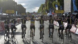 Christopher Froome (au centre), célèbre sa victoire entouré de ses coéquipiers de l'équipe Sky sur l'arrivée du Tour de France, le 26 juillet 2015.