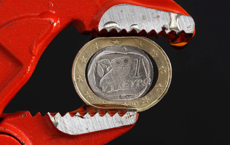 Đồng euro trong gọng kềm.