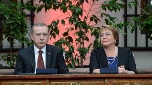 La presidenta chilena Michelle Bachelet en compañía de su colega turco, Tayyip Erdogan, Santiago de Chile, 1° de febrero de 2016.