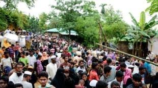 Hàng ngàn người tị nạn Rohingya chạy sang Kutupalong, Bangladesh.
