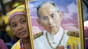 Vua Bhumibol được đông đảo người dân trong xã hội Thái Lan coi như thần thánh.