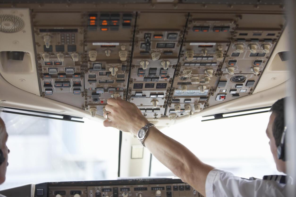 Le cockpit d'un avion de ligne.