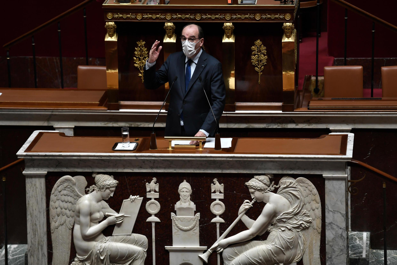 El primer ministro de Francia, Jean Castex, habla n la Asamblea Nacional francesa en París, el 13 de abril de 2021