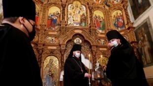 Des prêtres orthodoxes célèbrent la fête du Feu sacré à Kiev, le 18 avril 2020.