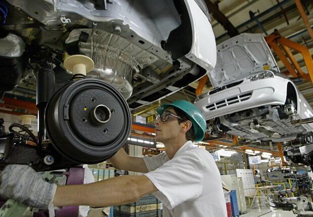 Produção industrial do Brasil volta a crescer em abril