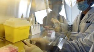 Técnicos chineses fazem testes com o vírus H7N9  no Centro de  Controle e Prevenção de Doenças de Pequim, na China, nesta quarta-feira.