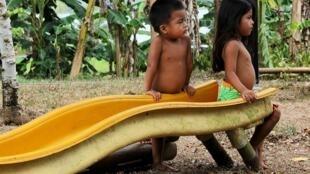 Niños de la etnia waunana a orillas del Lago Gatún, Panamá.