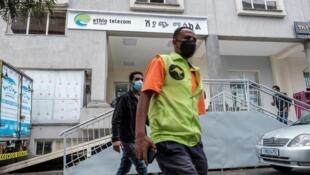 Des habitants d'Addis Abeba passent devant les locaux de la compagnie publique Ethio Telecom (image d'illustration)