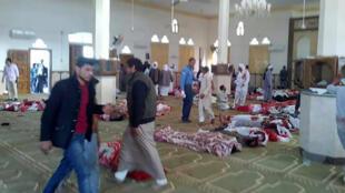 A mesquita Rawda, no norte do Sinai, após ataque (24/11/17).
