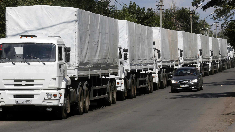 """Những xe đầu tiên của đoàn xe """"nhân đạo"""" Nga vượt biên giới, 22/08/2014."""