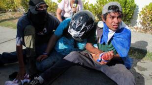 Manifestantes llevan a un herido durante una protesta contra el régimen de Daniel Ortega, el 30 de marzo de 2019 en Managua.