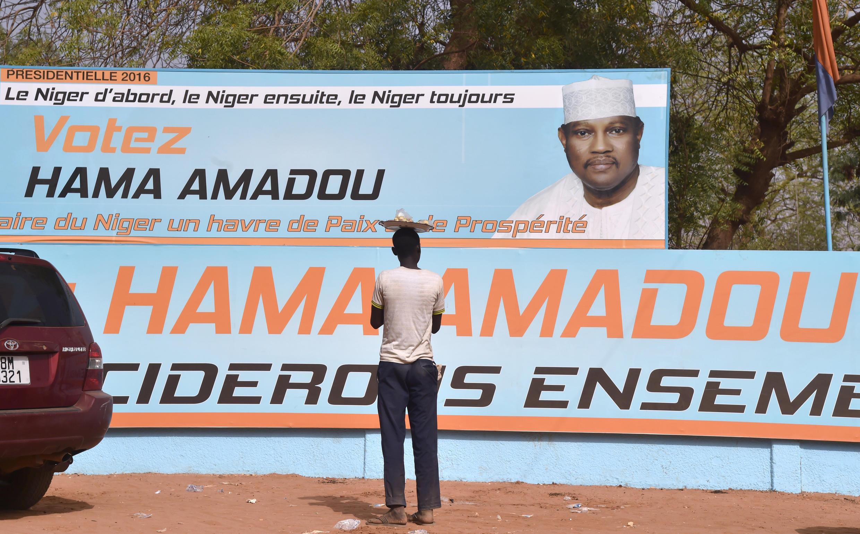 Tun a bara  ake tsare da Hama Amadou a gidan yari sboda zarginsa da safarar jarirai.