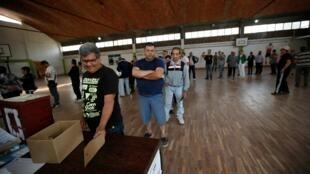 Des Uruguayens votent lors du premier tour de l'élection présidentielle le 27 octobre 2019.