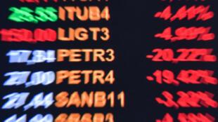 Ações da Petrobras despencaram na segunda-feira, no primeiro pregão após o anúncio da troca do presidente da estatal por um general.