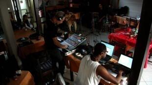 Enregistrement de la session live avec Eric Triton. Aux manettes, Marc Fichet et Joël Hermant.
