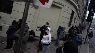 Des Chiliens ayant perdu leur emploi  à cause de la crise sanitaire font la queue pour s'inscrire au chômage à Santiago le 8 juin 2020 (image d'illustration).