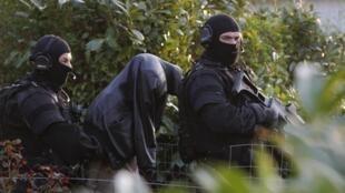 Polícia anti-terrorista francesa durante operação de prisão de islamitas radicais em Nantes, no dia 30 de março.