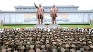 Uniformados de Corea del Norte frente a las estatuas de Kim Il-sung y Kim Jong-il en los festejos por el aniversario 72 de la liberación nacional.