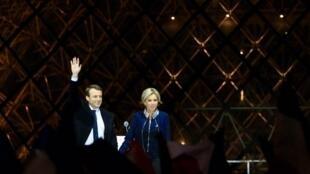 2017年5月7日,前進運動領導人馬克龍當選法國總統,當晚攜夫人在盧浮宮廣場向支持者致謝,慶祝勝利。