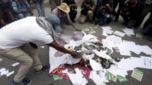 Um homem queima material de campanha em Tixtla, no Estado de Guerrero, em 6 de junho