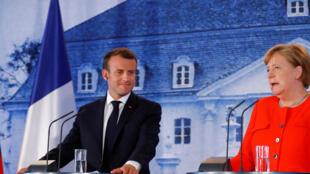O  Presidente francês Emmanuel Macron e a chanceler alemã Angela Merkel, durante a  sua conferência de imprensa depois  do seu encontro no castelo de Meseberg, próximo de Berlim.19 de Junho  de 2018.