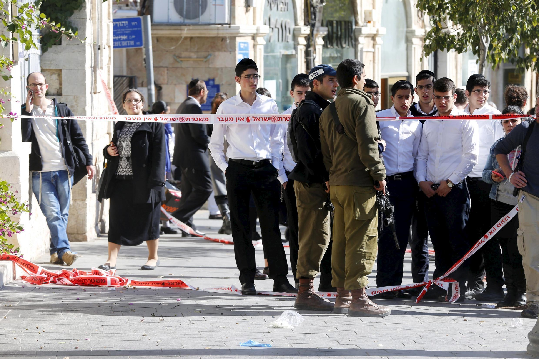 Des soldats israéliens sécurisent la zone où une attaque au couteau a eu lieu le 23 novembre 2015 au matin.