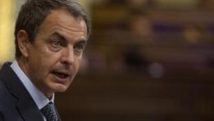 O primeiro-ministro espanhol, Jose Luis Rodrigues Zapatero, anuncia novas medidas para reduzir o déficit.