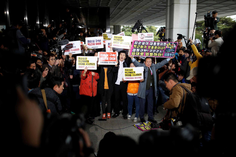 Người dân Hàn Quốc biểu tình trước văn phòng chưởng lý Seoul, đòi bắt bà Choi Soon sil, ngày 31/10/2016