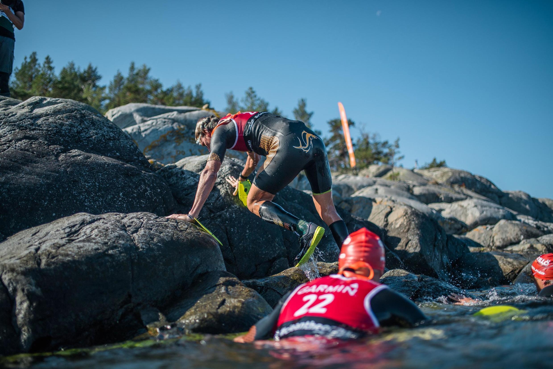 02/09/19- No arquipélago da capital sueca, 320 atletas de 24 países participaram nesta segunda-feira (2) do campeonato mundial de SwimRun, um torneio esportivo radical que é considerado uma das provas de resistência mais desafiadoras do mundo.