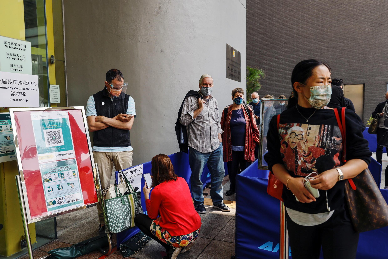 香港街頭等待接種新冠疫苗市民資料圖片