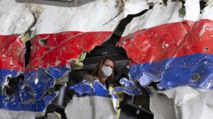 Россия 7 лет уходит от признания своей вины в трагедии, которая унесла жизни 298 мирных граждан. На фото: восстановленный, в следственных целях, из обломков каркас сбитого самолета. Авиабаза Гильзе-Рейен, Нидерланды.