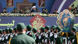 伊朗年度國家閱兵式上的軍人與台上的魯哈尼