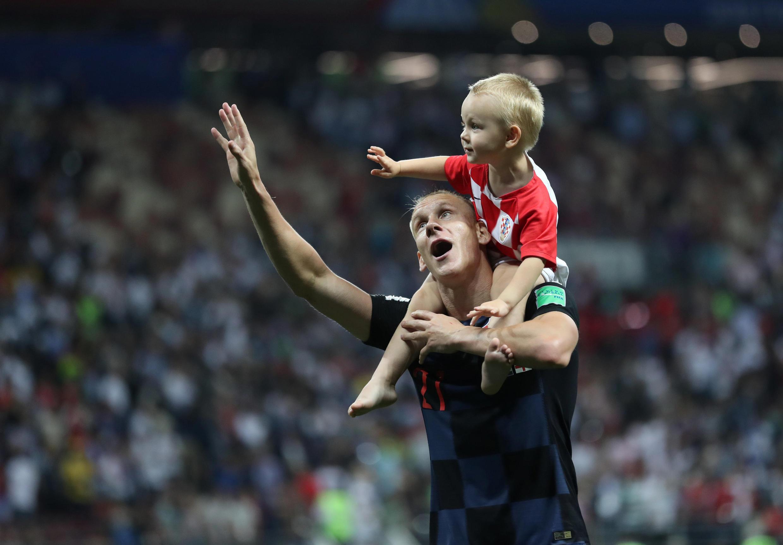 Após vitória da Croácia, o zagueiro Domagoj Vida comemora com seu filho.