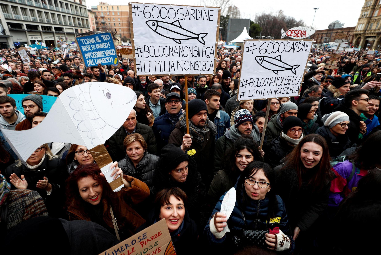 Le mouvement des sardines, qui se rassemble contre le parti d'extrême-droite La Lega, lors d'une manifestation à Bologne en Italie, le 19 janvier 2020.