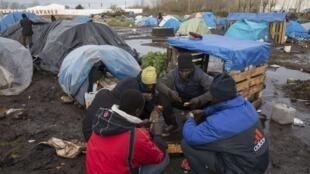 Acampamento precário de imigrantes sudaneses na região de Calais, norte da França, em dezembro de 2014.