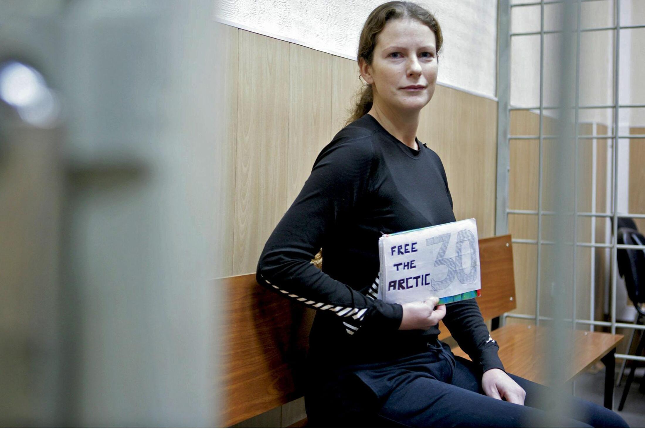 A brasileira ativista do Greenpeace, Ana Paula Alminhana Maciel, na corte de Murmansk, na Rússia, em foto de 24 de outubro de 2013.