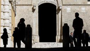 La entrada principal del banco Monte dei Paschi en su sede central en Siena, Italia el 13 de marzo de 2012.