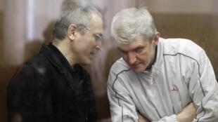 Cựu tỷ phú Nga Mikhaïl Khodorkovski (T) và người cộng sự  Platon Lebedev tại tòa án, ngày  29/10/2010.